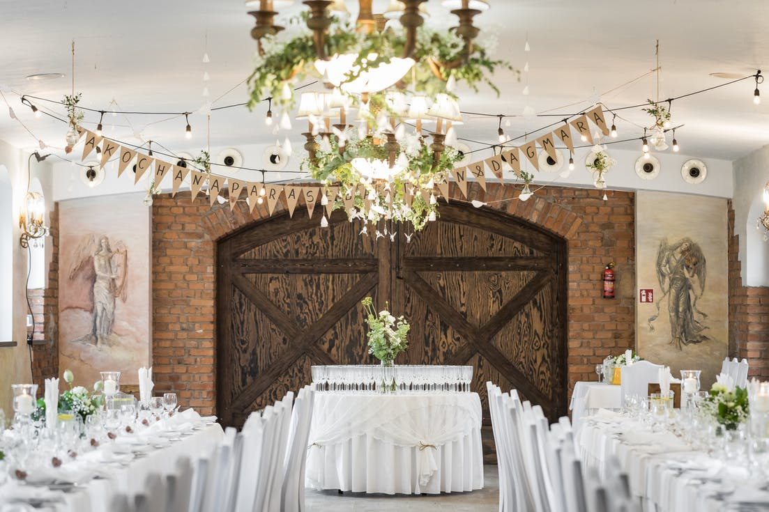 Rustic decorations of the wedding hall