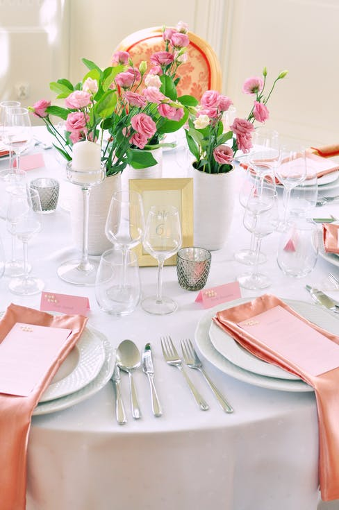 White and pink decorations for the wedding table